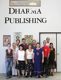 escritório central da Dharma Publishing con un grupo de voluntarios